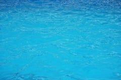 Superficie de la ondulación del agua azul Fondo del agua de la piscina Imagenes de archivo