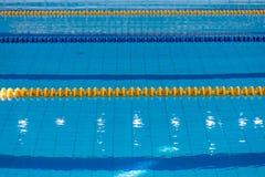 Superficie de la piscina con agua azul imágenes de archivo libres de regalías