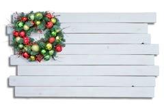 Superficie de madera blanca con la guirnalda de la Navidad Imagenes de archivo