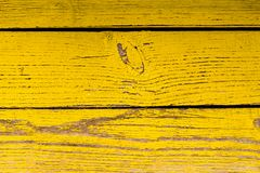 Superficie de madera con la peladura de la pintura amarilla Imagenes de archivo