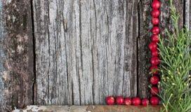 Superficie de madera enmarcada con las bayas Foto de archivo libre de regalías