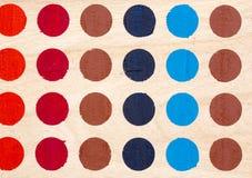 Superficie de madera pintada con los círculos coloreados Imagen de archivo