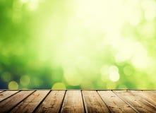 Superficie de madera y bosque soleado imágenes de archivo libres de regalías