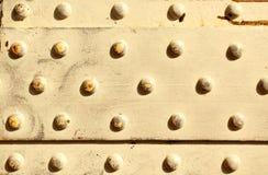 Superficie de metal con los remaches Foto de archivo libre de regalías