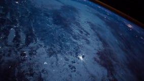 Superficie de tierra increíble del planeta en vuelo de la órbita de la astronomía en espacio stock de ilustración