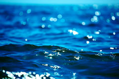 Superficie del agua azul Foto de archivo