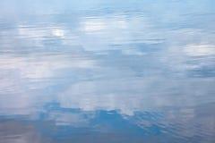 Superficie del agua con las nubes reflejadas Fotografía de archivo libre de regalías