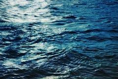 Superficie del agua del mar en la noche Fotos de archivo libres de regalías