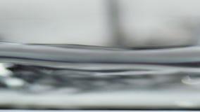 Superficie del agua en el levantamiento del vidrio almacen de metraje de vídeo