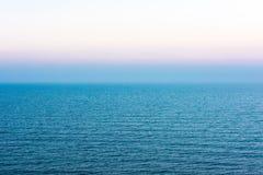 Superficie del blu del mare e del cielo di sera Fotografie Stock Libere da Diritti