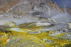 Superficie del cráter de un volcán activo En alguna parte en Nueva Zelandia Fotos de archivo