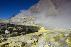 Superficie del cráter de un volcán activo En alguna parte en Nueva Zelandia Fotografía de archivo