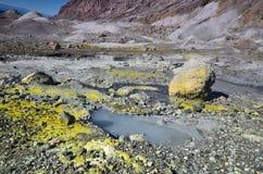 Superficie del cráter de un volcán activo En alguna parte en Nueva Zelandia Fotografía de archivo libre de regalías