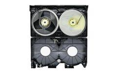 Superficie del fondo delle bobine di nastro aperte di VHS del Video Home System dell'interno e del vassoio di plastica isolati su fotografie stock