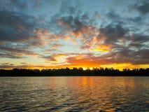 Superficie del lago en la tarde en Letonia, Europa del este Paisaje con agua y el bosque Foto de archivo