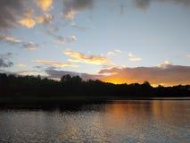 Superficie del lago en la tarde en Letonia, Europa del este Paisaje con agua y el bosque Imagen de archivo