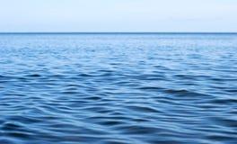 Superficie del mar con las ondulaciones Foto de archivo libre de regalías