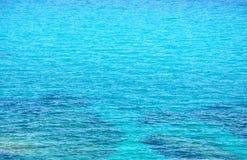 Superficie del mar de la turquesa con las pequeñas ondas Fotografía de archivo libre de regalías