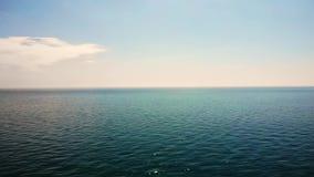 Superficie del mare calmo con le onde al giorno soleggiato Vista sul mare con l'orizzonte di mare ed il cielo blu profondo quasi  archivi video