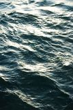 Superficie del mare con le piccole onde di colore del turchese Fotografia Stock
