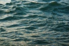 Superficie del mare con le piccole onde di colore del turchese Fotografie Stock