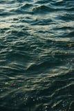 Superficie del mare con le piccole onde di colore del turchese Immagine Stock