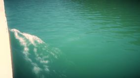 Superficie del río de la navegación con las ondas de un tablero del barco metrajes