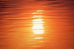Superficie dell'acqua alla luce del tramonto Immagini Stock