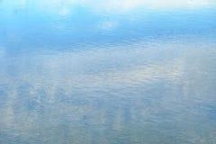 Superficie dell'acqua con la riflessione di colore del cielo blu nel fiume immagine stock libera da diritti