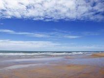 Superficie dell'acqua e della spiaggia del mare o dell'oceano con l'orizzonte e la SK blu fotografie stock libere da diritti