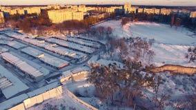 Superficie dell'antenna con neve sul campo di stadio di football americano al giorno di inverno video d archivio