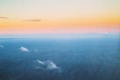 Superficie dell'oceano del mare nell'inverno ad alba di tramonto Chiaro Sunny Dawn Fotografie Stock Libere da Diritti