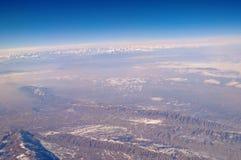 Superficie della Terra su cielo blu, vista aerea Protezione dell'ambiente ed ecologia Paesaggio della montagna smania dei viaggi  immagini stock libere da diritti