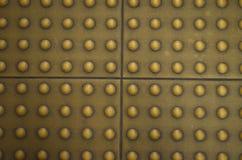 Superficie delle mattonelle di pavimento sul sentiero per pedoni per i ciechi Fotografia Stock Libera da Diritti