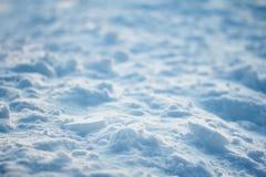 Superficie desigual de la luz y de las sombras agrietadas de la textura del contraste de la corteza del hielo en campo de nieve Imágenes de archivo libres de regalías