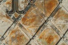 Superficie di ferro arrugginito con i resti di vecchio fondo della pittura Immagine Stock