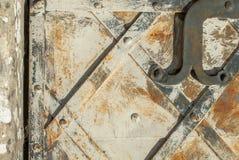 Superficie di ferro arrugginito con i resti di vecchio fondo di struttura della pittura Immagine Stock Libera da Diritti