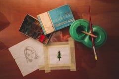 Superficie di lavoro d'ispirazione con le pitture ed i disegni dell'acquerello illustrazione vettoriale