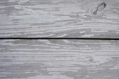 Superficie di legno con le crepe e la pelatura della pittura bianca fotografie stock