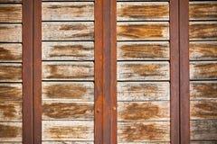 Superficie di legno delle plance con il fondo arrugginito dei nastri metallici Immagine Stock Libera da Diritti