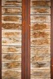 Superficie di legno delle plance con il fondo arrugginito dei nastri metallici Immagini Stock Libere da Diritti