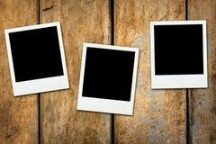 Superficie di legno dello spazio in bianco delle polaroid della polaroid Fotografia Stock