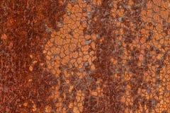 Superficie di metallo strutturata giallo-rossa arrugginita La struttura della lamina di metallo è a ossidazione ed a corrosione i fotografia stock