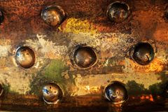 Superficie di rame con sette emisferi, la struttura di oro di rame e nero immagine stock