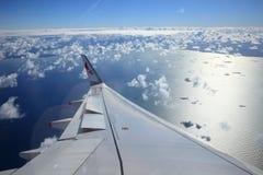 Superficie di sostegno degli aerei sopra le nuvole Fotografia Stock