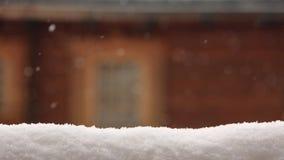 Superficie innevata per la disposizione del prodotto Parete di legno vaga della casa con la finestra su fondo Precipitazioni nevo stock footage