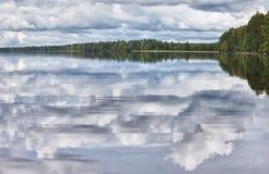 Superficie lisa del lago fotos de archivo libres de regalías