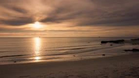 Superficie luccicante dell'acqua di luce solare sulla spiaggia tropicale Fotografia Stock Libera da Diritti