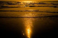 Superficie luccicante leggera dell'acqua di tramonto sulla spiaggia tropicale Fotografia Stock Libera da Diritti