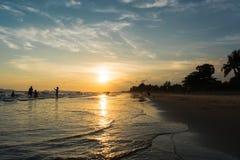 Superficie luccicante leggera dell'acqua di tramonto sulla spiaggia tropicale Immagine Stock Libera da Diritti